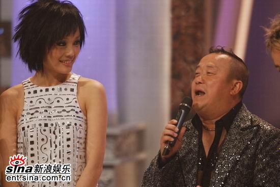 图文:容祖儿担任颁奖嘉宾-与曾志伟台上搞笑