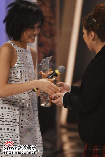 图文:年度杰出表现奖-容祖儿将银奖颁给卫兰