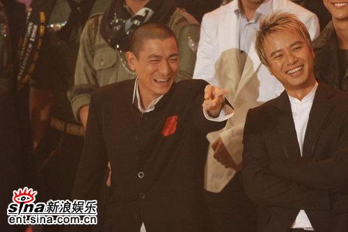 图文:刘德华开心似顽童四处找乐笑坏李克勤