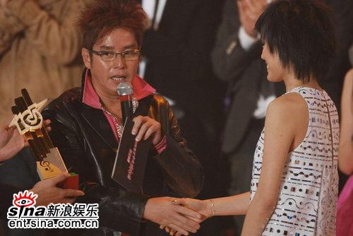 图文:容祖儿4届蝉联受欢迎女歌手谭咏麟颁奖