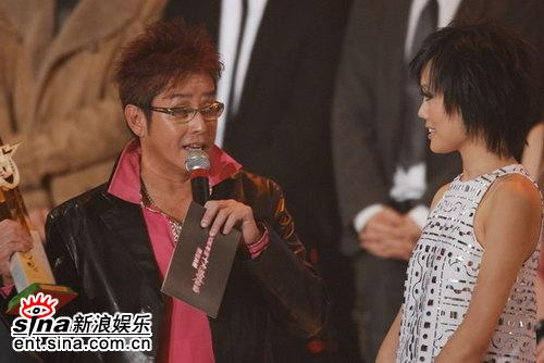 图文:容祖儿四届蝉联受欢迎女歌手谭校长颁奖