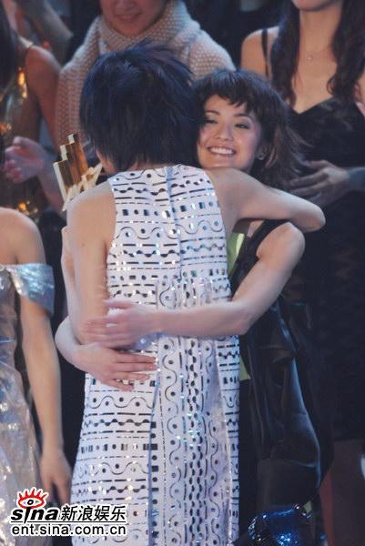 图文:容祖儿蝉联最受欢迎女歌手-拥抱阿Sa
