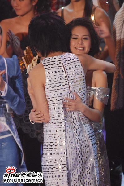 图文:容祖儿蝉联最受欢迎女歌手-拥抱阿娇