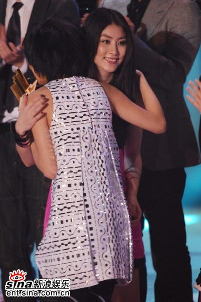 图文:容祖儿蝉联最受欢迎女歌手-拥抱陈慧琳