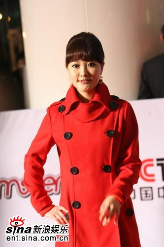 图文:金海心红风衣亮相 造型可爱不失成熟