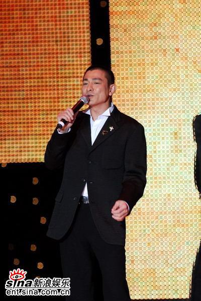 图文:天王刘德华西装亮相-平头更显帅气成熟