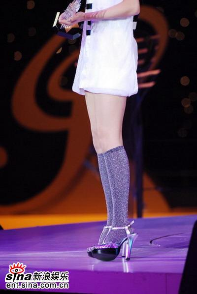 图文:容祖儿现场演唱获奖曲-夸张的高跟鞋