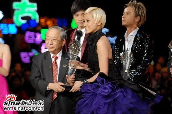 图文:何韵诗黑天鹅扮装亮相获颁十优流行歌手