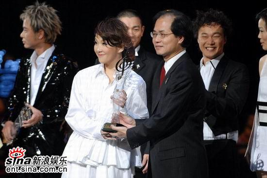图文:卫兰白色礼服似衬衣获颁十优流行歌手