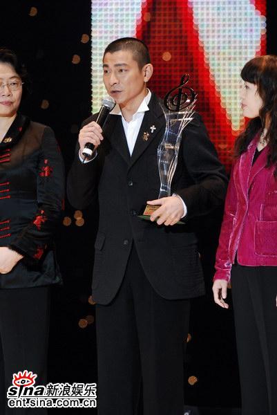图文:刘德华获颁最受欢迎男歌手奖--发表感言