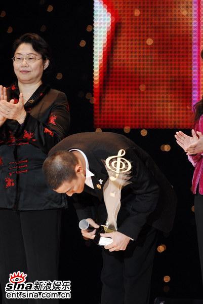 图文:刘德华获颁最受欢迎男歌手奖--鞠躬感谢