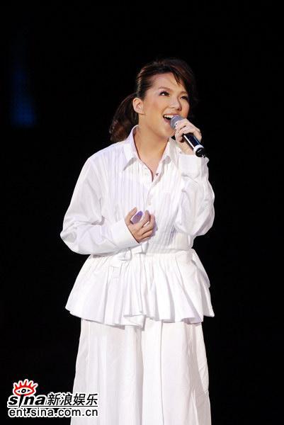 图文:卫兰获颁第九首金曲-献唱《心乱如麻》