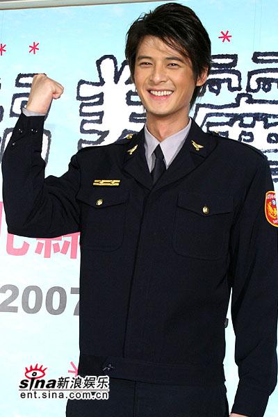 组图:郭品超制服亮相呼吁交通安全追忆许玮伦