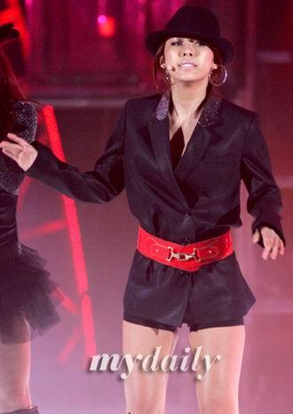 李孝利八个月后重回舞台华丽性感唱新歌(组图)