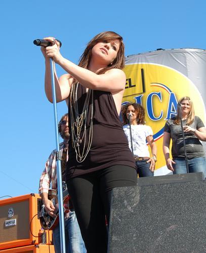 组图:凯莉-克莱森沙滩开唱身形爆胀背影雄伟