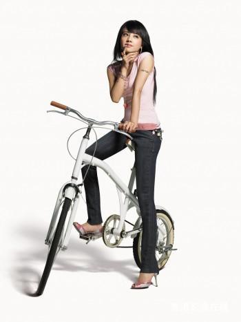 组图:蔡依林修身牛仔裤写真细长腿超常美妙