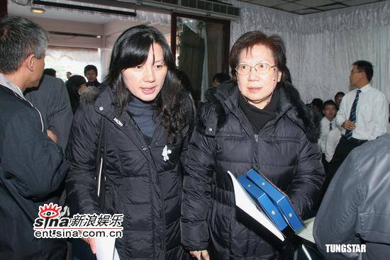 组图:马兆骏追悼会亲友不舍女儿还在襁褓中