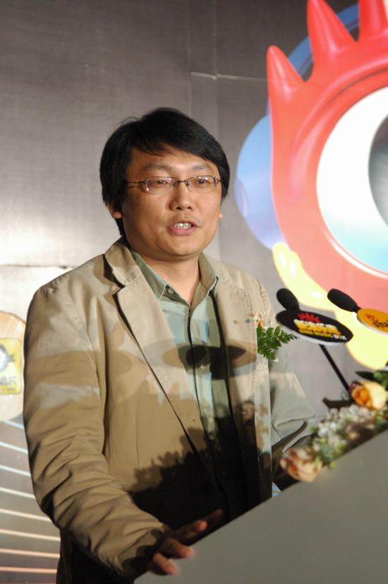 图文:滚石(中国)总经理王坚鸿上台祝贺新浪