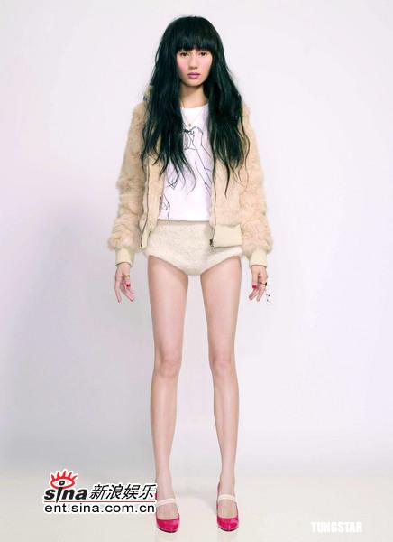 组图:袁泉红色短裙秀美腿害羞微笑亮相台北