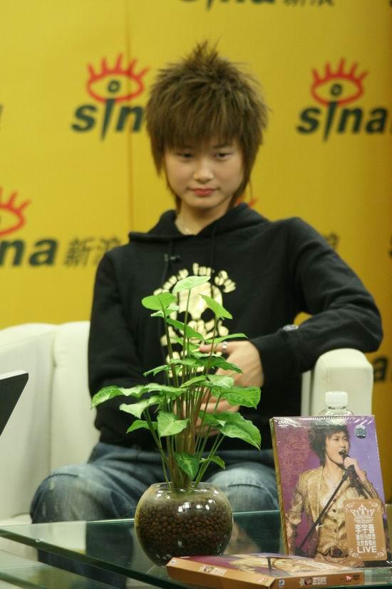 图文:李宇春独家做客聊近况--首唱会DVD