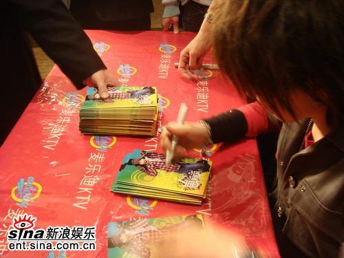 黄雅莉上海签售新专辑歌迷买碟以百累计(组图)