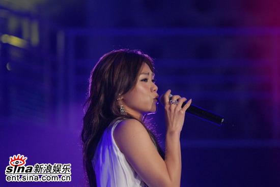 图文:蔡健雅获颁华语5强奖登台献唱金曲