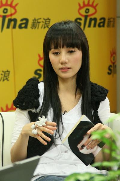 图文:袁泉做客聊《孤独的花朵》--去台湾宣传