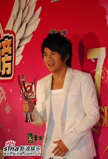 图文:曹格获颁港台新人奖后台接受众人祝贺