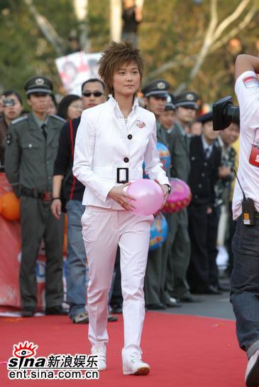 图文:李宇春白色休闲装亮相音乐风云榜红地毯