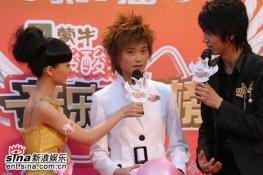 组图:李宇春拿奖愁眉不展称一夜成名压力很大