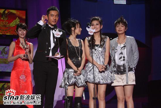 图文:嘉宾黄晓明颁发港台最受欢迎男女歌手
