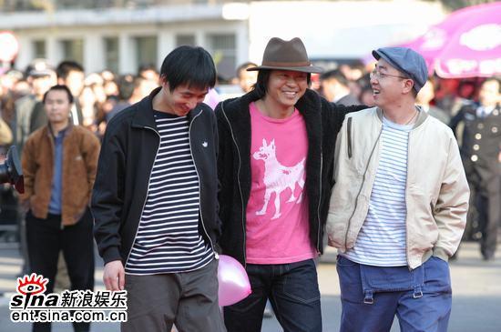 图文:野孩子乐队成员张玮玮亮相风云榜红地毯