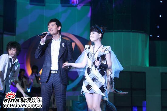 图文:戴军与乐坛新人王婧上台演唱《阿莲》