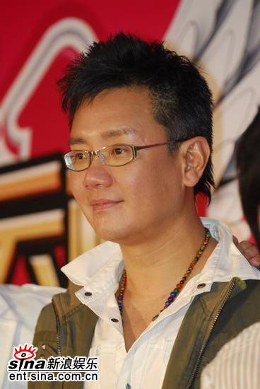 图文:著名制作人李伟菘后台亮相展示奖杯