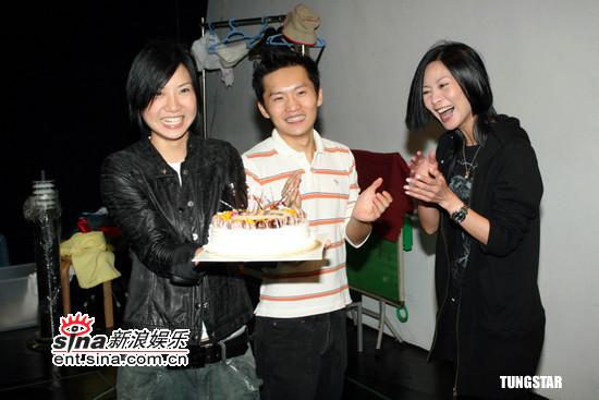 组图:林一峰三十一岁生日工作场与好友开派对