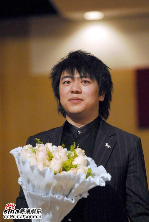 图文:郎朗07北大大师班音乐会--学生献花