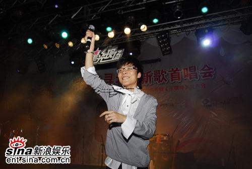 图文:王啸坤同名首唱会--兴奋演出项链甩动