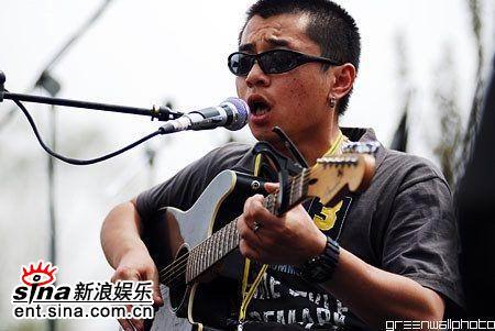 图文:迷笛第四天落幕--刘东明弹唱