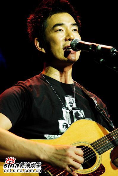 图文:任贤齐新浪歌会不插电--吉他弹唱