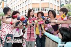 组图:S.H.E台湾西门町签唱母亲节邀母亲同台