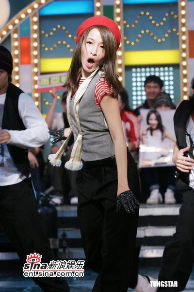 """组图:萧亚轩亮相""""大哥大""""忍脚痛与猛男激舞"""