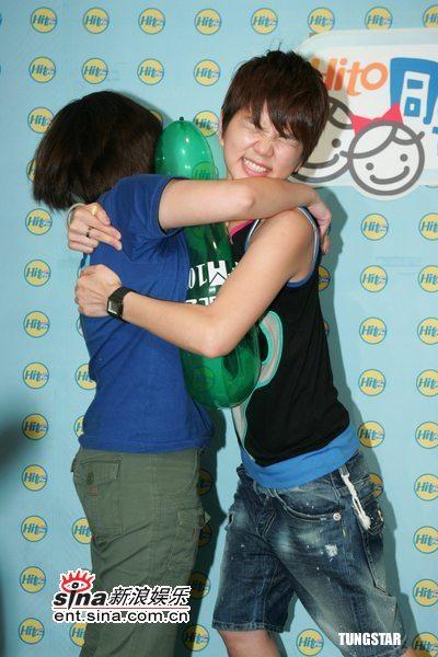 图文:S.H.E参加歌迷活动--Ella拥抱歌迷