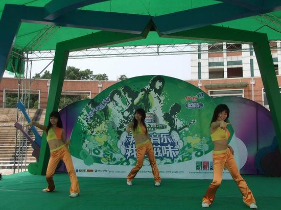 图文:大学生音乐节中山大学--同学劲歌热舞