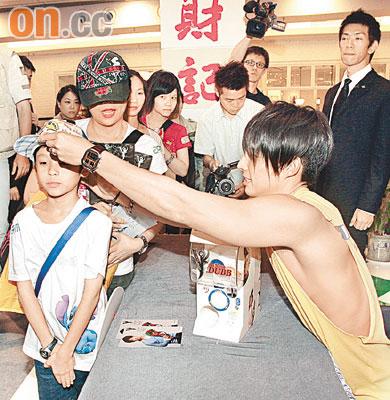 吴建豪露肉救歌迷台上拥抱逾千粉丝尖叫(组图)