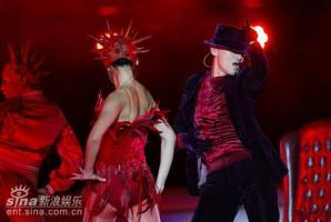 组图:歌神张学友长沙个唱与露底辣妹贴身热舞