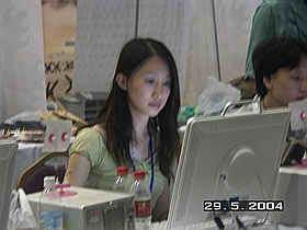 新浪游戏_CPL中国2004夏季竞标赛:赛场MM(组图)