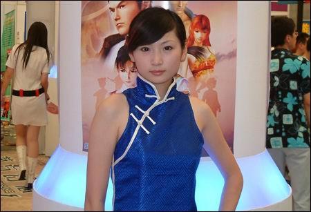 身着《莎木OL》的蓝色旗袍COS服装