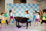 新浪游戏_SEGA代言人小仓优子身着女仆装弹钢琴(组图)