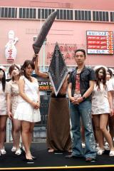 新浪游戏_日本寂静岭鬼屋开张 女鬼护士穿超短裙上大街(组图)