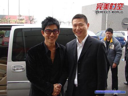 董事长池宇峰与小齐亲切握手
